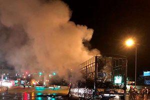 Xe tải đang chạy bất ngờ cháy ngùn ngụt trên quốc lộ