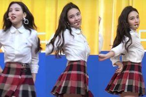 Na Yeon vẫn tự tin trình diễn dù gặp sự cố tuột áo ngực