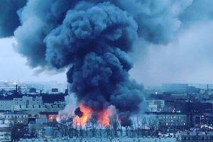 Cháy lớn ở trung tâm thương mại, hơn 800 người hốt hoảng tháo chạy