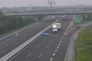 Xe container ngang nhiên đi ngược chiều trên cao tốc Hà Nội - Hải Phòng