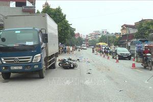 Xe tải đâm 2 xe máy, 3 người thương vong