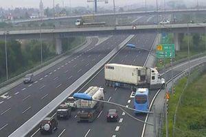Clip: Container ngang nhiên quay đầu trên cao tốc Hà Nội - Hải Phòng