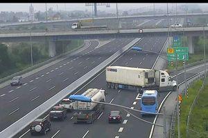 Xe container lao ngược chiều trên cao tốc Hà Nội - Hải Phòng