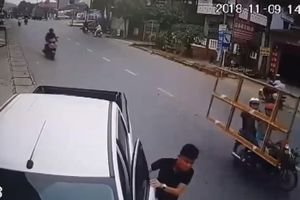 Tài xế bán tải ngủ gật húc bay ô tô đỗ ven đường