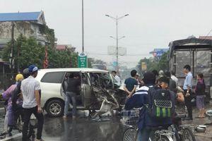 Húc đuôi xe tải ven đường, xe con tan nát, 4 người bị thương