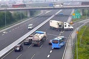 Xử nghiêm tài xế điều khiển xe đầu kéo đi ngược chiều trên cao tốc Hà Nội – Hải Phòng