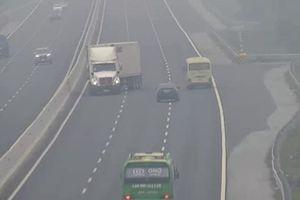 Hàng dài phương tiện phanh gấp tránh container đi ngược chiều