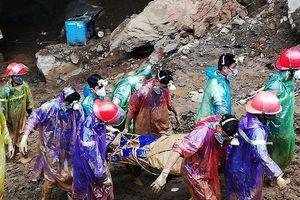 Vụ sập mỏ vàng ở Hòa Bình: Đưa 1 trong 2 phu vàng ra ngoài