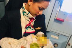 Nữ tiếp viên cho con hành khách bú ngay trên máy bay