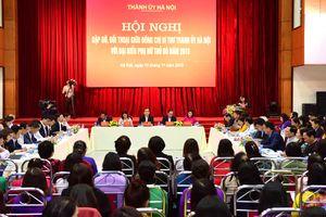 Bí thư Thành ủy Hà Nội Hoàng Trung Hải đối thoại với đại biểu phụ nữ Thủ đô