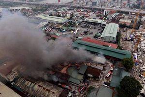 Hà Nội: Cháy xưởng sữa chữa ô tô gần Bến xe Nước Ngầm, người dân cố gắng 'giải cứu' chiếc xe hiệu Ford Ranger