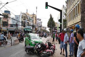 Va chạm với xe đạp, taxi 'lùa' 5 xe máy vào sáng sớm