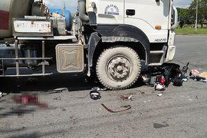 Xe máy chở 3 va chạm xe bồn, 2 người bị cuốn vào gầm