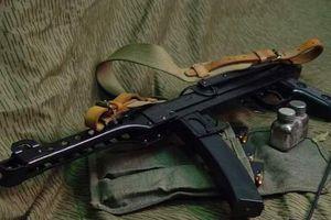 Người đàn ông 47 tuổi dùng súng tiểu liên dọa bắn hàng xóm