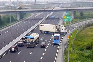 Tạm giữ xe container, phạt 7 triệu đồng tài xế quay đầu xe nguy hiểm trên cao tốc