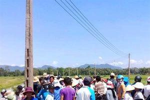 Phản đối dự án điện mặt trời, dân chặn xe đoàn công tác rà phá bom mìn