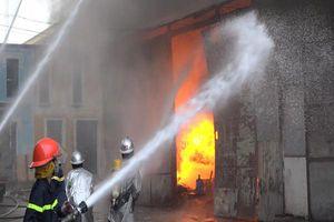 Ngọn lửa dữ dội thiêu rụi kho xưởng rộng gần nghìn mét vuông gần bến xe Nước Ngầm