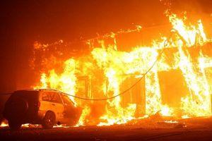 California vẫn chìm trong biển lửa, cả thị trấn bị 'xóa sổ'