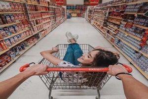 Chỉ cách tạo dáng cực chất cho hội chị em khi đi siêu thị