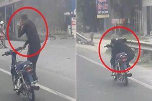 Kinh hãi nam thanh niên đứng một bên chiếc xe máy rồi lạng lách trên đường