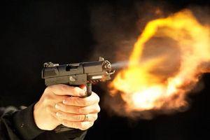 Bị bạn nhậu dùng súng đe dọa, người đàn ông nhanh trí khống chế thành công