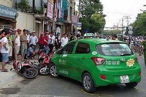 Tránh xe đạp, taxi tông trực diện vào 5 xe gắn máy đang chờ đèn đỏ