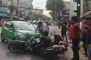 Tiền Giang: Hàng loạt xe máy bị ô tô đâm khi chờ đèn đỏ