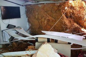 Khối đất đá đè sập tường nhà, cả gia đình may mắn thoát chết
