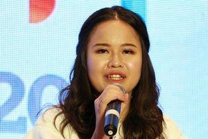 MC khiếm thị đầu tiên của VTV: 'Người ta bảo bố mẹ chuẩn bị tiền vì chẳng ai nuôi tôi cả'