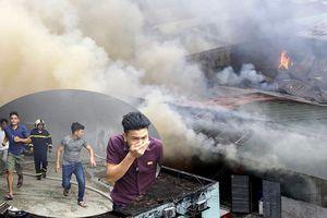 Hà Nội: Cháy ngùn ngụt kho hàng gần bến xe Nước Ngầm