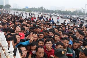 Hàng nghìn người chen nhau mua vé xem trận Việt Nam - Malaysia
