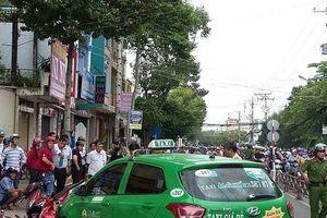 Đang đứng chờ đèn tín hiệu, hàng loạt xe máy bị taxi tông