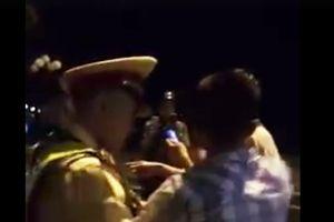 Người bị cáo buộc 'thúc cùi chỏ' làm CSGT té ngửa nói gì?