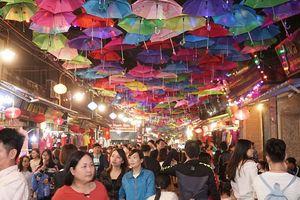 Rực rỡ con đường hàng nghìn chiếc ô ở làng lụa Vạn Phúc khiến người ta rần rần rủ nhau đến chụp ảnh 'sống ảo'