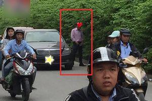 Đi xe sang, áo quần lịch lãm nhưng người đàn ông lại thản nhiên dừng giữa đường 'giải quyết nỗi buồn' khiến nhiều người ngại thay