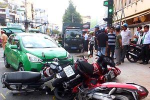 Tiền Giang: Taxi tông hàng loạt xe máy đang dừng chờ đèn đỏ