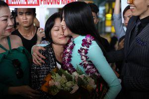 Hoa hậu Phương Khánh bật khóc trong vòng tay mẹ ngay khi về nước