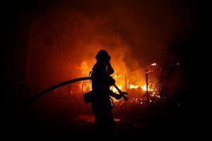 2 đám cháy rừng 'quái vật' làm điêu đứng California, ít nhất 9 người thiệt mạng