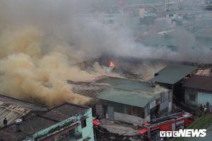 Khu nhà xưởng ở Hà Nội bốc cháy ngùn ngụt, khói đen kịt trời