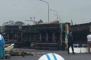 Xe máy va chạm với xe container, 4 người thương vong