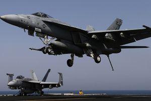 Tiêm kích F/A-18 trên tàu sân bay Mỹ rơi xuống biển