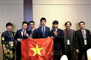 Trao giấy khen ngay tại sân bay cho đoàn học sinh đoạt Huy chương Vàng quốc tế