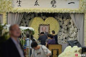Gia đình lo tang lễ Kim Dung, Jack Ma và Lưu Đức Hoa gửi hoa viếng