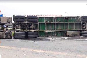 Xe container lật đè chết 2 mẹ con