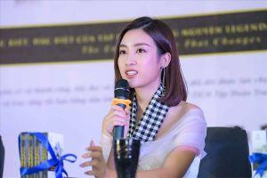 Hoa hậu Mỹ Linh diện đầm trễ vai trẻ trung giao lưu với sinh viên Nha Trang