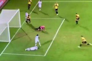 Hài hước: Đang hỗ trợ đồng đội bị chấn thương, cầu thủ vẫn tranh thủ... ghi bàn