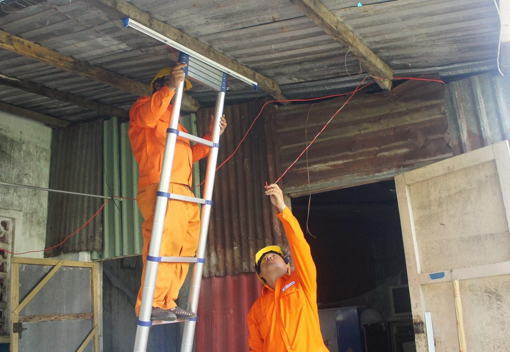 Điện lực Đà Nẵng sửa chữa, lắp đặt mới hệ thống điện cho hộ nghèo