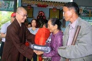 Hơn 600 người nghèo được khám, tầm soát ung thư và tặng quà