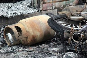 Cận cảnh ngôi nhà bị cháy rụi sau tiếng nổ lớn