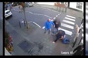 Cảnh hooligan hỗn chiến kinh hoàng ở quán rượu Anh